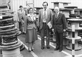 Ursula Ida y Oskar Lapp en un recorrido por la compañía con el exalcalde de Stuttgart Manfred Rommel