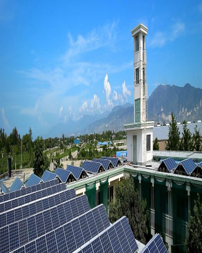 Фотоэлектрические модули на крыше госпиталя в Порт-о-Пренс, Гаити
