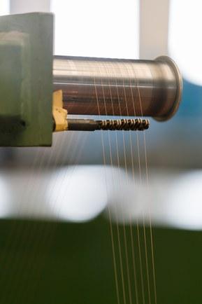 Jednotlivé vodiče jsou vyrobeny z tenkých měděných drátů, které jsou stočeny do lanka.