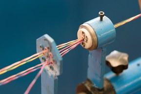 Žíly kabelů jsou stáčeny do párů, které jsou následně stáčené do kompletního kabelu.