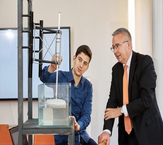 Симон Крюнер демонструє Херманну Роблю принцип роботи енергетичного перетворювача енергії виробництва SINN Power.