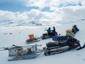 Echipamentul,inclusiv cei 3000 m de cablu de la Lapp , a fost transportat prin gheaţă şi zăpadă pe culmile vulcanului Hekla din Islanda. Sursa: Biroul Meteorologic Islandez