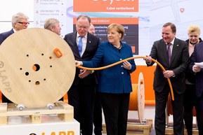Ангела Меркель тестирует Smart Cable Drum («умный барабан»).