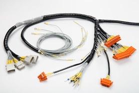 Kabelový svazek s různými konektory a koncovkami