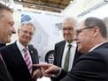 Ministerpräsident Kretschmann im Gespräch mit Siegbert Lapp, Werner Becker (Geschäftsführer von Lapp Systems) und Franz Loogen (e-Mobil BW) (Bild: e-mobil bw/ KD Busch)