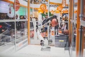 Robotul Racer fabricat de Comau şi cablat cu cabluri şi conectori Lapp, arunca mingi de baschet în coş, la standul Lapp Group de la Hanovra, din anul 2016 şi la standul Lapp Kabel Romania în cadrul expoziţiei IEAS 2016