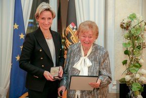 Ursula Ida Lapp accepting the medal of the state.