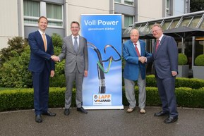 Sealing the deal: Andreas Lapp (CEO of the LAPP Group; full right) and Matthias Lapp (CEO of LAPP for Latin America, Europe, the Middle East and Africa; full left) purchase Volland AG from Managing Director Reto Volland (left) and President of the Board of Directors Rudolf Volland (right).