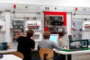 Schüler der HTL Klagenfurt im neuen Kompetenzzentrum Automatisierung