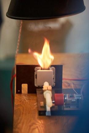 Световая дуга не гаснет сама по себе, как это было при переменном токе
