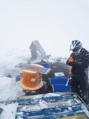 Forholdene på toppen av Hekla, nærmere 1.500 m over havet, stiller spesielt store krav til utstyret som brukes.