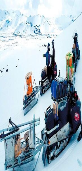 Подъём сейсмологического оборудования к кратеру вулкана Гекла.