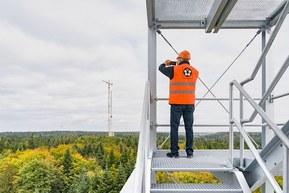 Андреас Мюллер, руководитель направления ветроэнергетики LAPP фотографирует масштабную стройку ветряной электростанции.