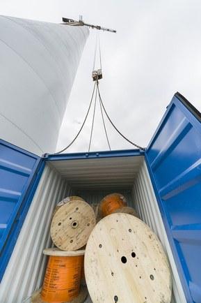 Кабель для ветряка поднимают на вершину мачты