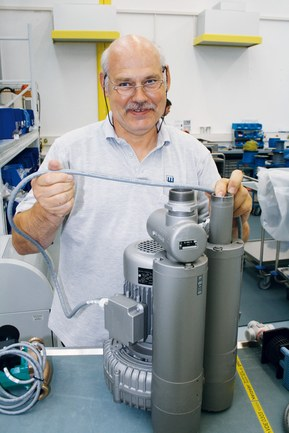 Peter Hasenauer, chief electrical engineer at the M+W Group, indicates the ÖLFLEX® CONTROL cable on the lateral channel blower