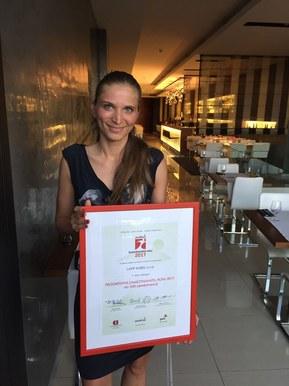Manažerka lidských zdrojů a administrativy Marcela Večeřová s oceněním za 7. místo v celorepublikové soutěži Progresivní zaměstnavatel roku 2017